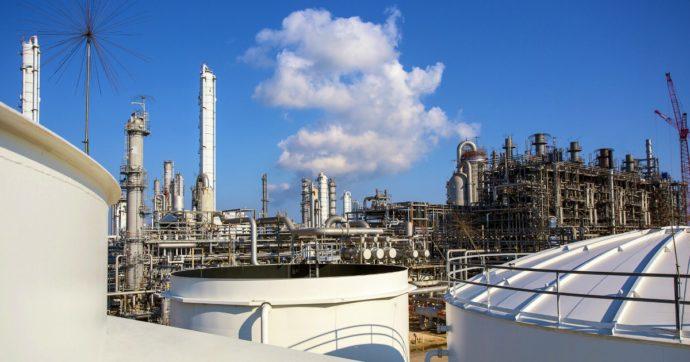 """Brindisi, """"aria insalubre in città per colpa delle emissioni del petrolchimico"""": il sindaco blocca l'impianto di Eni-Versalis"""
