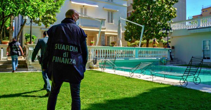 """Livorno, 4 arresti per truffa. L'autista finto magnate e la villa sul mare come set: """"Così raggiravano chi doveva vendere case e hotel"""""""