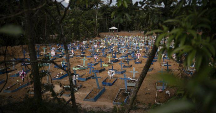 """Coronavirus, in Brasile morti cresciuti del 120% e """"collasso sicuro del sistema sanitario"""". Lascia anche la ministra della Cultura"""
