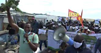 """Dl Rilancio, braccianti in marcia nelle campagne di Foggia contro i termini della regolarizzazione: """"Mancano i diritti, non la manodopera"""""""