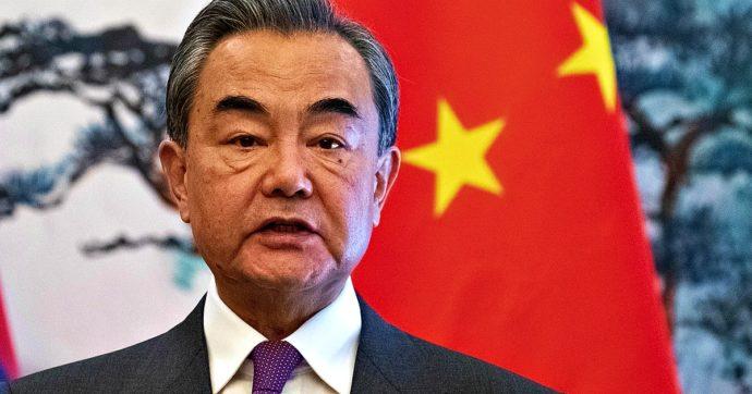 """Tensioni Usa-Cina, il ministro degli esteri di Pechino: """"A un passo da nuova Guerra Fredda. Covid? Ok a indagine se libera da interferenze"""""""