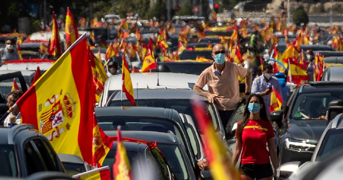Spagna, Vox si traveste da sinistra e sfila in auto contro il governo Sánchez