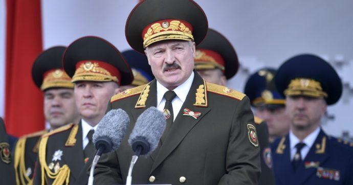 """Bielorussia, Lukashenko ammette: """"Forse sono rimasto al potere un po' troppo"""". Oppositore portato via da """"uomini mascherati"""""""