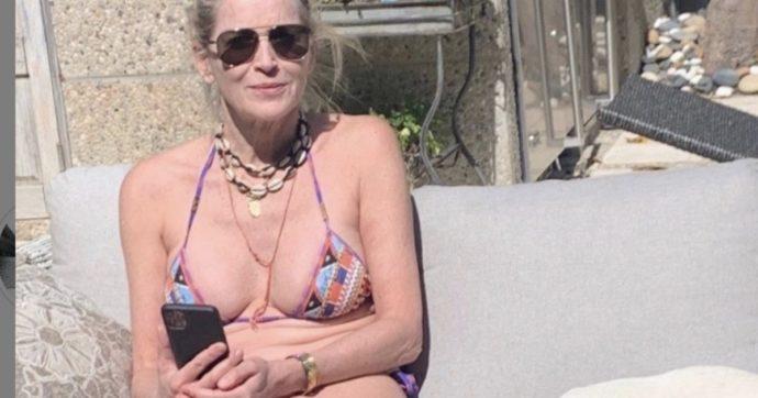 """Sharon Stone in bikini fa la pedicure al suo cane e rivela: """"Sono una groupie devota di papa Francesco. Io sono sempre stata un po' preveggente"""""""