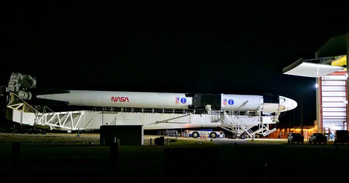 Crew Dragon di Space X sulla rampa di lancio di Cape Canaveral, conto alla rovescia per il lancio con due astronauti della Nasa