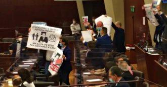 """Lombardia, M5s chiede dimissioni di Gallera: """"Ci insegna che servono due infetti per contagiarlo: abbiamo portato due lettere"""". Bagarre in Aula"""