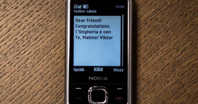 """Viktor Orban manda un sms a Matteo Salvini con un vecchio Nokia 3310, lo scatto diventa virale e si scatena l'ironia: """"Mica scemo, così non lo controllano"""""""