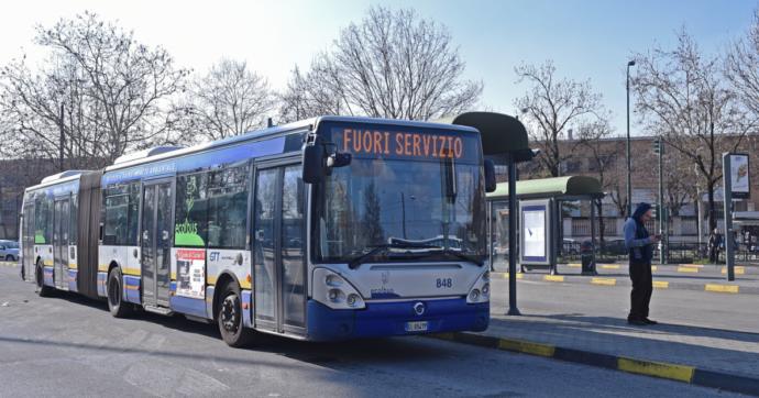 Torino, autista aggredita perché aveva fatto scendere dall'autobus una donna senza mascherina: coniugi arrestati