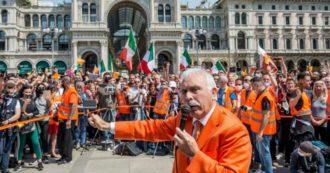 Milano, assembramento e niente mascherine al presidio dei gilet arancioni: denunciato il leader Antonio Pappalardo