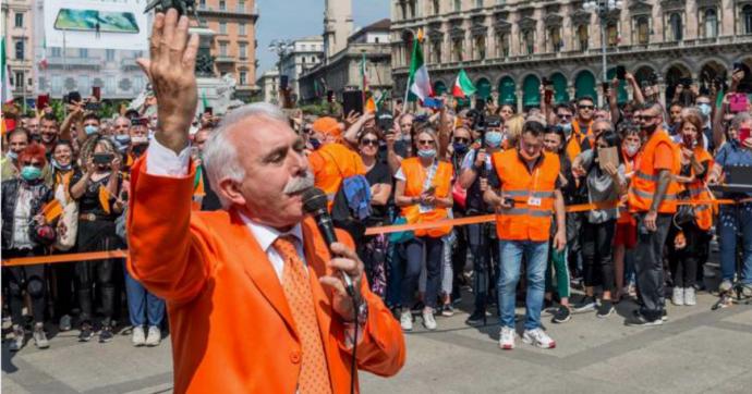 """Gilet arancioni, Pappalardo fa tappa a Bari: """"La pandemia non esiste"""". Famiglia Cristiana: """"Riunione di idioti"""". A Milano attese multe"""