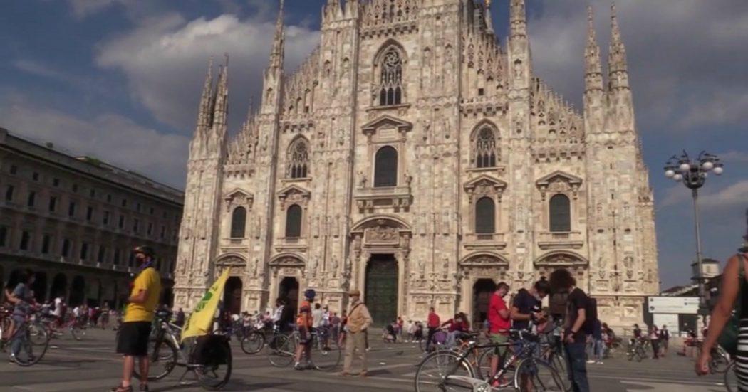"""Milano, il flashmob in Piazza Duomo con 400 ciclisti nel giorno in cui sarebbe dovuto arrivare il Giro d'Italia: """"Chiediamo città a misura di bici"""""""