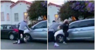 Manifestante gli rompe il finestrino dell'auto, l'ex campione Nba JR Smith lo aggredisce con calci e pugni: le immagini