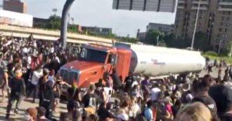George Floyd, camion sulla folla che manifesta a Minneapolis: nessun ferito. Arrestato l'autista