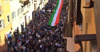 Centrodestra in piazza, il corteo di Salvini e Meloni visto dall'alto: centinaia di persone accalcate lungo via del Corso