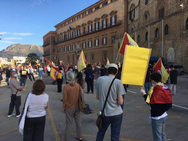 Sicilia, protesta a suon di coppole tamburi e musici contro