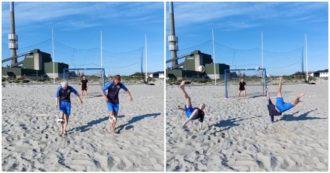 """Il """"tiro combinato"""" dei gemelli Derrick è realtà: la doppia rovesciata in spiaggia stende il portiere"""