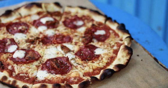 Arriva la pizza ramen con noodles, fette di maiale alla brace e uovo: ecco dove mangiarla a 15 dollari