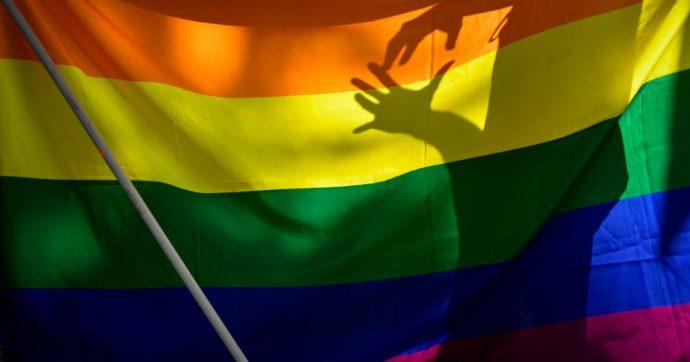 Pisa, incendiata bandiera arcobaleno davanti alla casa di una coppia gay. Mobilitazione dei cittadini contro il gesto omofobo
