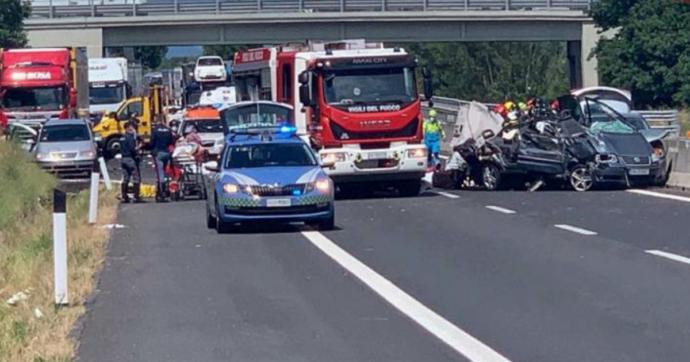 Arezzo, incidente stradale in A1: quattro morti, due sono bambini di 10 mesi e 10 anni. Trasportati in ospedale i sette feriti