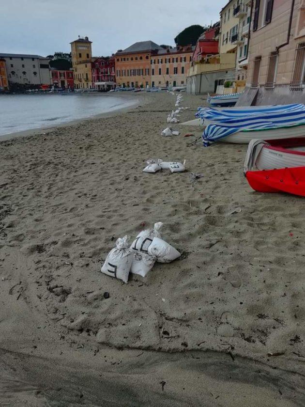Coronavirus, a Genova e Sestri plastica in spiaggia per gara