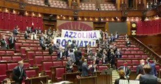"""Dl Scuola, leghisti alzano striscione contro Azzolina: caos in Aula. Pd: """"Deputati hanno invaso nostri banchi per fare le foto"""""""