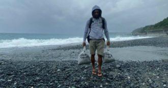 """Genova, in spiaggia il Comune mette sacchi di plastica come segnaposti per il distanziamento. Pd: """"Portati via dal mare"""". Fdi: """"E' una bufala"""""""