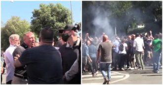 Ultrà-Forza Nuova a Roma, manifestante parla coi giornalisti e viene aggredito. Poi lanci di bottiglie e cori contro cronisti e forze dell'ordine
