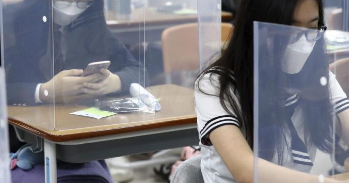 Del plexiglas tra i banchi e della fantasia degli studenti