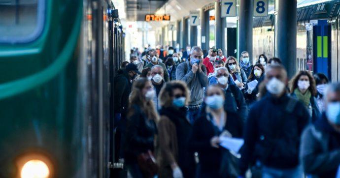 """Trenord, bici vietate sui treni. Legambiente: """"Discriminatorio"""". L'azienda scarica la scelta sui rider: """"Troppi, la sicurezza è a rischio"""""""