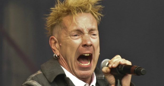 """Johnny Rotten dei Sex Pistols rivela: """"Faccio la badante per amore di mia moglie Nora che soffre di Alzheimer"""""""