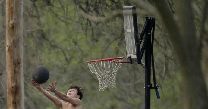 """Coronavirus, la Regione Abruzzo cambia le regole di calcio e basket: """"Non si marca a uomo né contrasti"""". E a volley si giocherà coi guanti"""