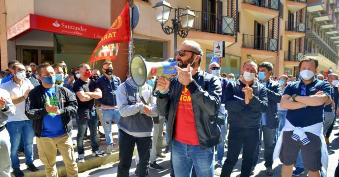 """Ex Ilva, gli operai di Taranto: """"Stop a relazioni con Mittal. Dal governo solo rinvii, istituzioni locali intervengano o andremo sotto loro sedi"""""""
