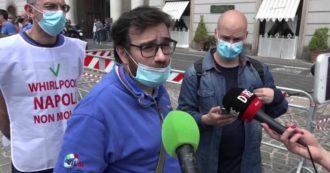"""Whirlpool, operai consegnano 50mila firme al prefetto di Napoli: """"Azienda può e deve restare qui. Lavoro è presidio di legalità"""""""