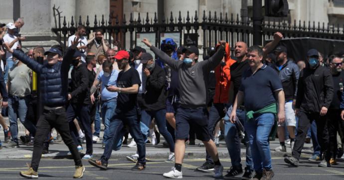 """Floyd, scontri a Londra tra polizia e militanti di estrema destra scesi in piazza """"per difendere i monumenti"""""""