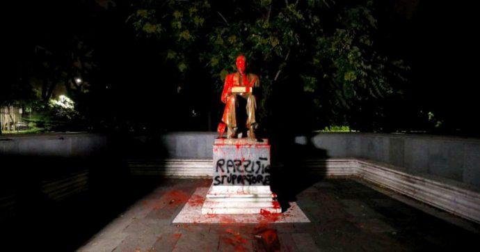 Milano, la statua dedicata a Indro Montanelli imbrattata con barattoli di vernice rossa. Lunedì sarà ripulita