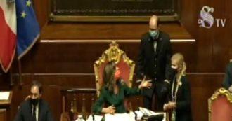 Casellati riprende i senatori mentre fanno foto e perde staffe con gli assistenti parlamentari: 'Siete qua come pupazzi o volete parlare, per Dio'