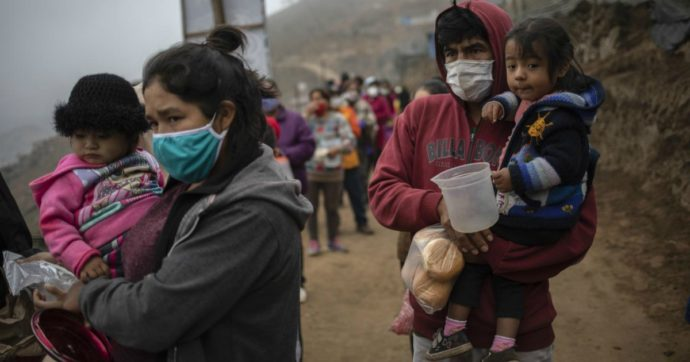"""Coronavirus – Perù, l'esodo a piedi dei senza lavoro. """"Qui la gente decide se morire per fame o virus"""""""