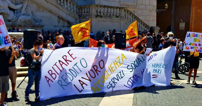 """Roma, sit-in dei Numeri Pari sotto al Comune. Senzacasa, migranti, lavoratori del sociale e insegnanti uniti per """"una città più accogliente"""""""