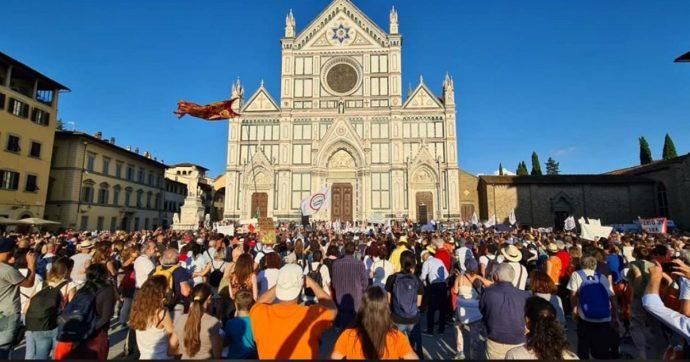 """No-Vax, in migliaia in piazza a Firenze: zero protezioni e nessun distanziamento. Nardella: """"Massa di irresponsabili. Sentite le autorità"""""""