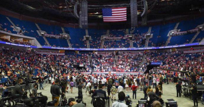 """Trump, comizio flop a Tulsa: l'evento svuotato da uno """"scherzo"""" degli utenti di Tik Tok e dei fan di pop coreano"""