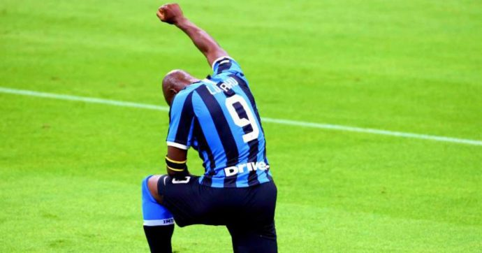 Romelu Lukaku, l'attaccante dell'Inter segna e si inginocchia in memoria di George Floyd