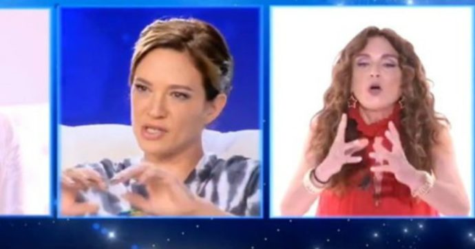"""Live non è la D'Urso, Caterina Collovati contro Asia Argento: """"Ma cosa ti è venuto in mente?"""".  La replica: """"Il sedere non dovevo metterlo?"""""""