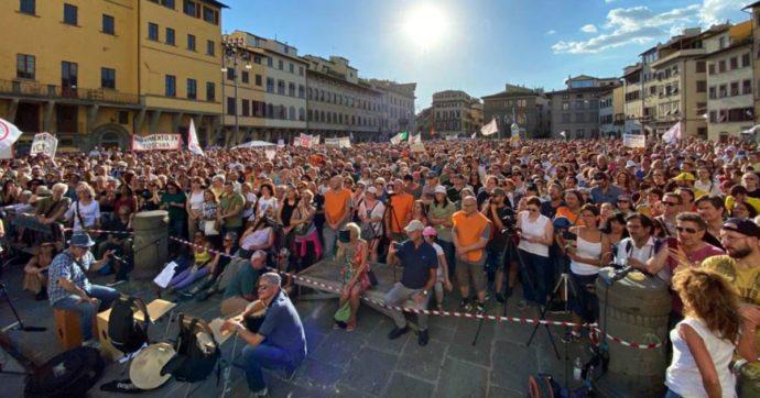 No Vax a Firenze, denunciati gli organizzatori della manifestazione in piazza Santa Croce: assembramenti senza protezioni