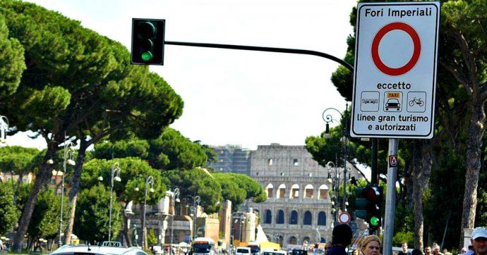 Roma, il caso delle ambulanze incaricate dalla Regione di presidiare il Colosseo: multate 400 volte dal Comune