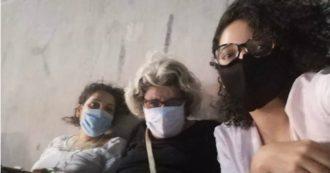 """Egitto, """"picchiate e derubate da sconosciute mentre le guardie ridevano"""": la denuncia di madre e sorelle dell'attivista Alaa Abdel Fattah"""