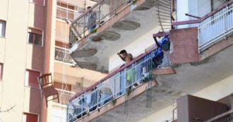"""Mondragone, bulgari lanciano sedie dal balcone contro folla di italiani che protestano sotto ai palazzi in """"zona rossa"""": le immagini"""