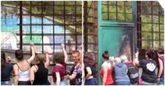 """No Tav, """"battitura"""" delle attiviste del movimento ai cancelli di Chiomonte. Poi il flash mob bendate con """"Un violador en tu camino"""""""