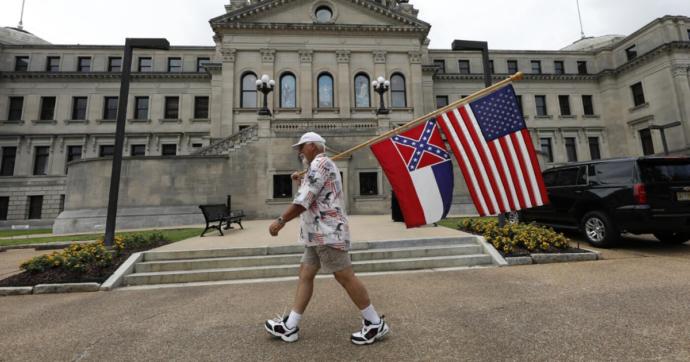 """Usa, via il simbolo confederato dalla bandiera del Mississippi: """"È retaggio razzista"""". Le Camere approvano, si prepara la legge"""