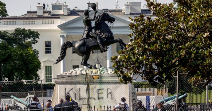 George Floyd, tentano di abbattere la statua dell'ex presidente Jackson davanti alla Casa Bianca: uno arrestato e 3 incriminati