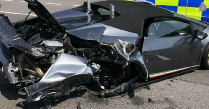 Esce dal concessionario con la nuova Lamborghini da 275mila euro: dopo 20 minuti si schianta e la distrugge